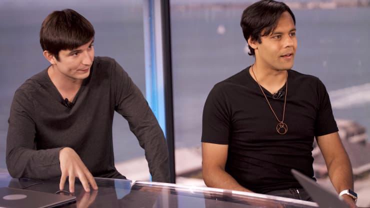 Vlad Tenev (trái) và Baiji Bhatt, hai nhà sáng lập của ứng dụng giao dịch cổ phiếu Robinhood - Ảnh: CNBC.