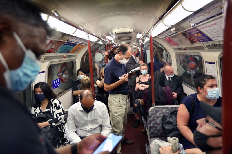 Hành khách đeo khẩu trang trên tàu điện ngầm tại Anh ngày 19/7 - Ảnh:
