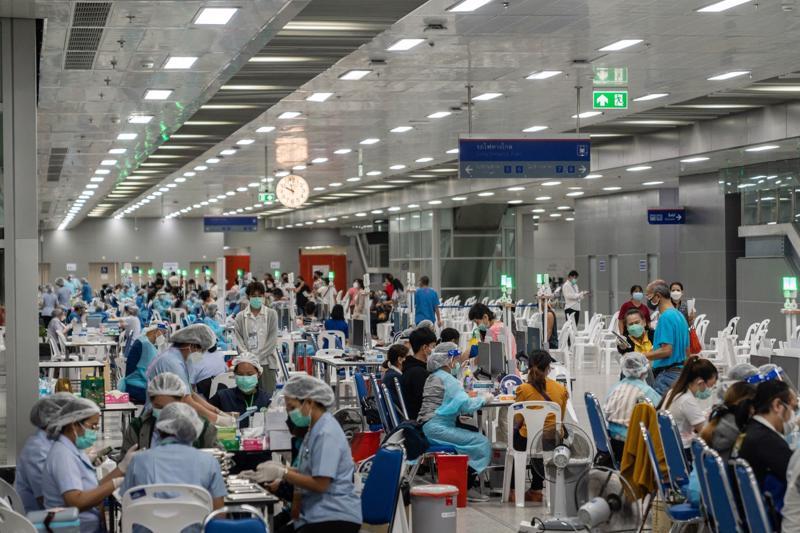 Tiêm phòng Covid-19 bằng vaccine AstraZeneca tại một cơ sở ở Bangkok, Thái Lan hôm 16/7 - Ảnh: Bloomberg.