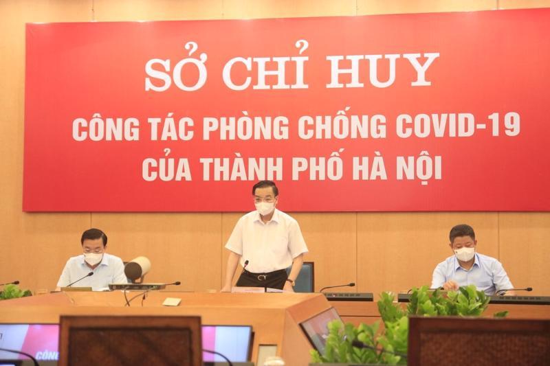 Chủ tịch Uỷ ban nhân dân TP. Hà Nội Chu Ngọc Anh (đứng giữa) chủ trì cuộc họp Sở Chỉ huy Công tác phòng chống Covid-19 thành phố tối 24/7.