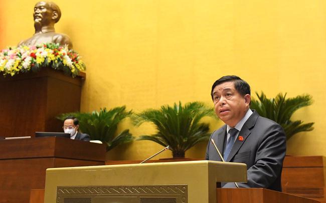 Bộ trưởng Bộ Kế hoạch và Đầu tư nhiệm kỳ 2016-2021 Nguyễn Chí Dũng trình bày báo cáo trước Quốc hội - Ảnh: Quochoi.vn