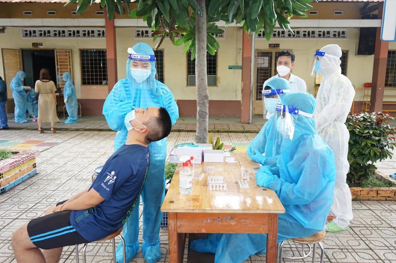 Lấy mẫu xét nghiệm covid-19 tại TP.HCM. Ảnh - Bộ Y tế.
