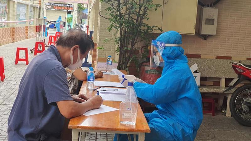 Lấy mẫu xét nghiệm covid-19 tại TP.HCM. Ảnh - Khánh Phương.