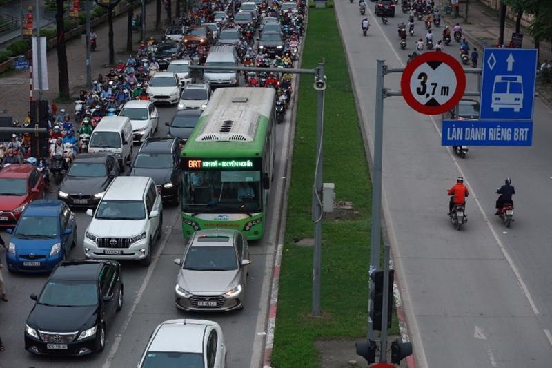 Tuyến BRT hoạt động tại nút giao Khuất Duy Tiến - Lê Văn Lương.