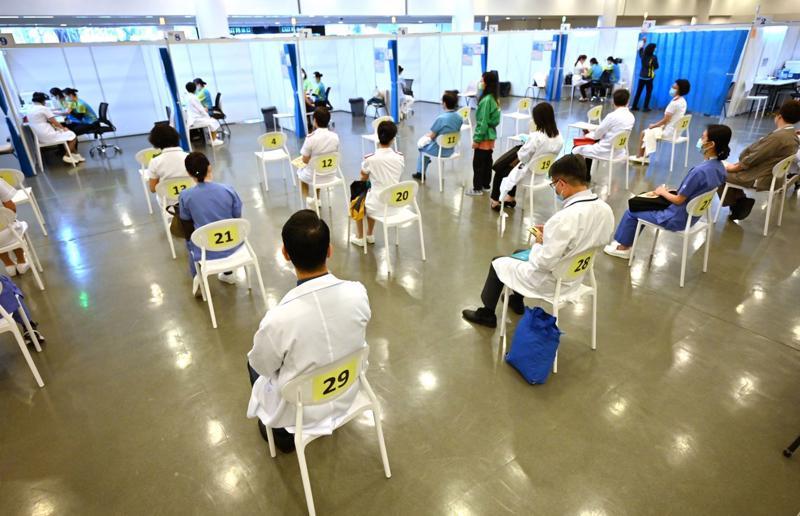 Xếp hàng tiêm vaccine tại Hồng Kông tháng 2/2021 - Ảnh: Getty Images