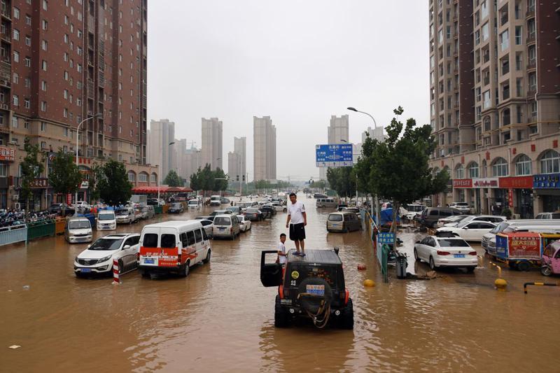 Mưa lớn gây lũ lụt nghiêm trọng ở Trịnh Châu, Hà Nam, Trung Quốc hôm 23/7 - Ảnh: Reuters.