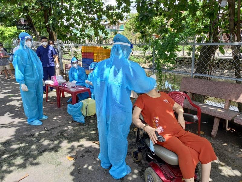 Lấy mẫu xét nghiệm tại điểm nguy cơ cao ở Hóc Môn, TP.HCM.