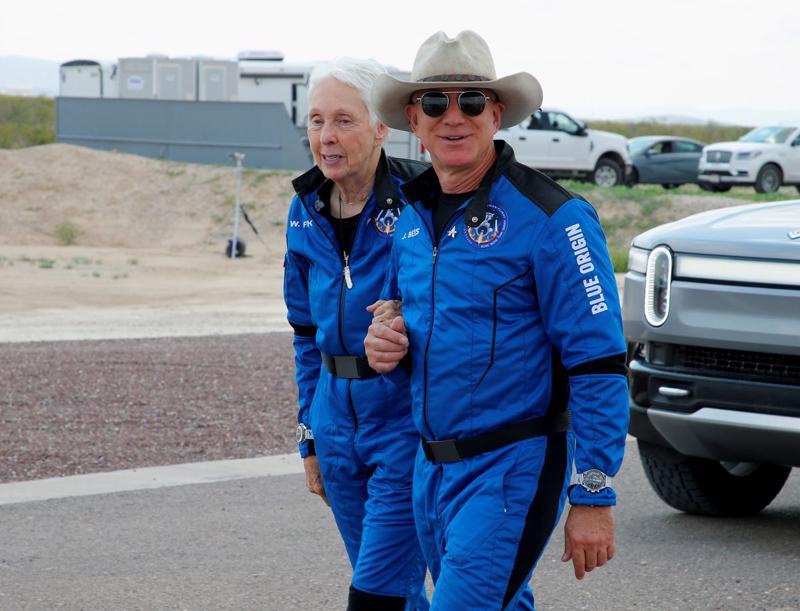 Ông Jeff Bezos và bà Wally Funk, 82 tuổi, hai trong số 4 thành viên của phi hành đoàn trong chuyến bay vào rìa vũ trụ trên con tàu New Shepard của Blue Orgin hôm 20/7 - Ảnh: Reuters.