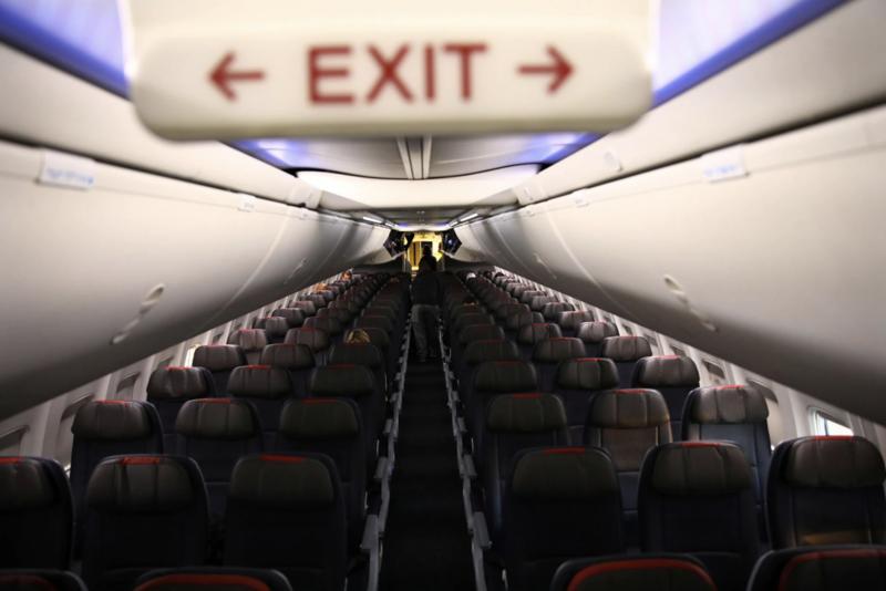 Một chuyến bay gần như không có khách của hãng American Airline giữa Washington DC và Miami hôm 18/3/2020 - Ảnh: Reuters.