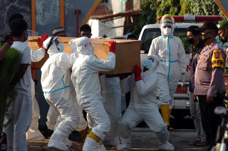 Tại Indonesia, quốc gia đông dân nhất Đông Nam Á, số ca nhiễm đến nay đã vượt 3,1 triệu ca và số người tử vong vì Covid là 83.000 - Ảnh: Reuters.