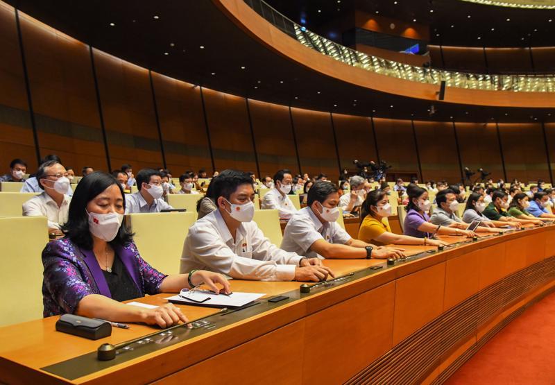 Các đại biểu Quốc hội bấm nút thông qua Nghị quyết về Kế hoạch phát triển kinh tế - xã hội 5 năm 2021-2025 - Ảnh: Quochoi.vn