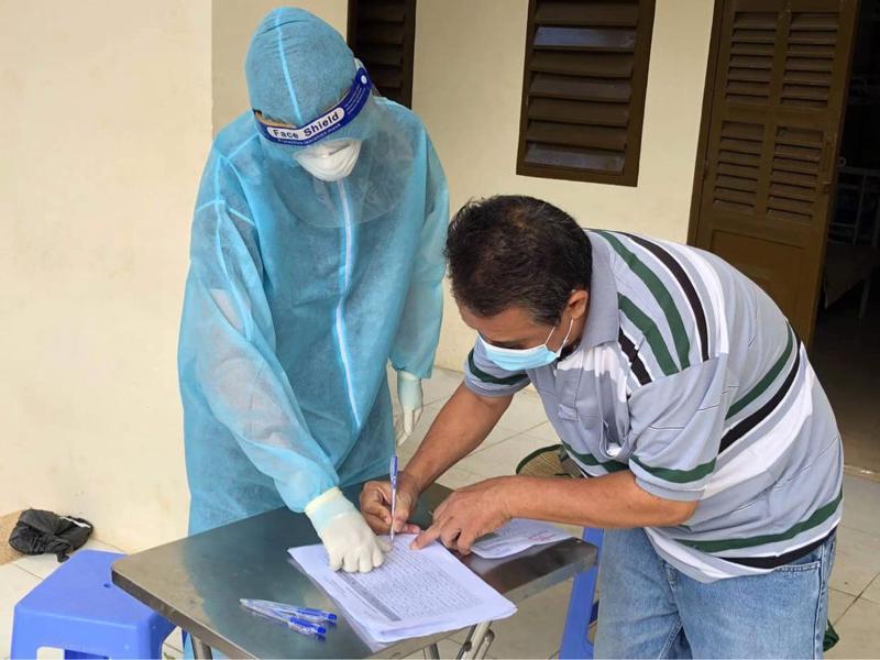 Bệnh nhân ký thủ tục xuất viện tại Bệnh viện dã chiến số 1 TP.HCM.