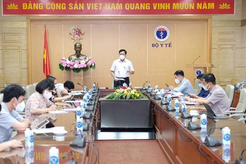 Thứ trưởng Bộ Y tế Đỗ Xuân Tuyên phát biểu tại cuộc họp.