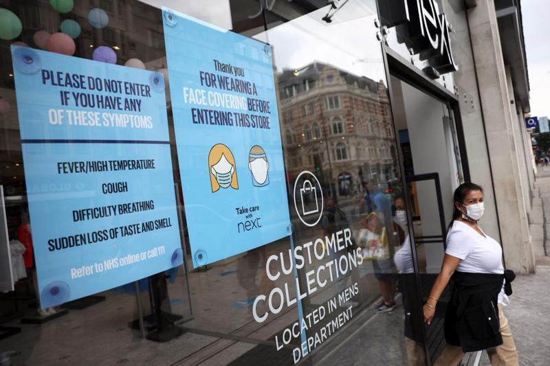 Một cửa hiệu dán thông báo đề nghị khách hàng đeo khẩu trang, ở Oxford Street, London, Anh, ngày 26/7 - Ảnh: Reuters.