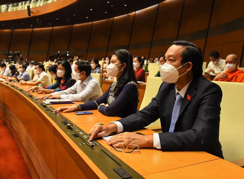 Các đại biểu Quốc hội nhấn nút biểu quyết - Ảnh: Quochoi.vn