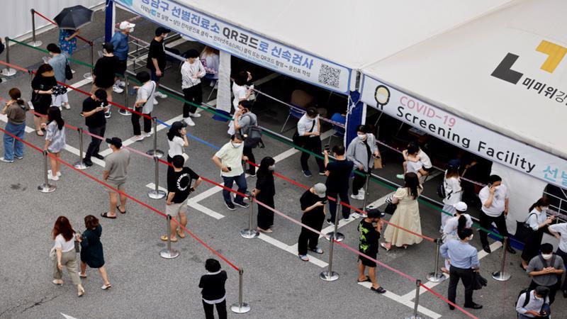 Xếp hàng tiêm vaccine Covid-19 tại Seoul vào đầu tháng 7 - Ảnh: Reuters