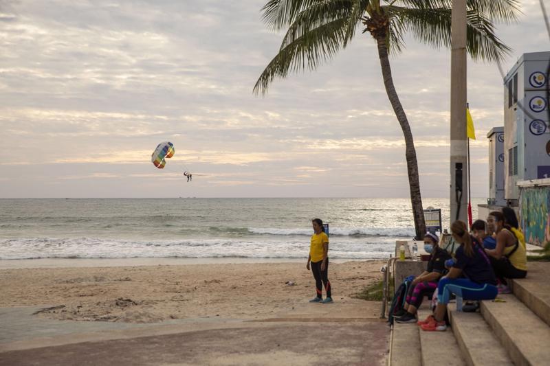 Bãi biển Patong ở Phuket, Thái Lan, gần như không có bóng người hôm 19/7 - Ảnh: Bloomberg.