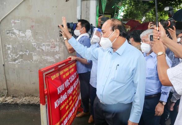 Chủ tịch nước Nguyễn Xuân Phúc thăm người dân tại khu phong tỏa