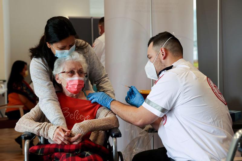 Tiêm phòng Covid trong một nhà dưỡng lão ở Israel, tháng 1/2021 - Ảnh: Reuters.