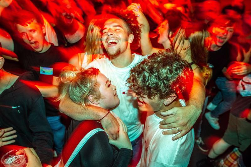 Thanh niên Anh ăn mừng trong một câu lạc bộ đêm sau khi Chính phủ nước này dỡ bỏ hầu hết các hạn chế chống Covid-19 hôm 19/7 - Ảnh: Zuma/WSJ.