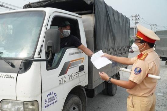 Bộ Giao thông vận tải yêu cầu các đơn vị vận tải phải chịu trách nhiệm trước pháp luật nếu để vi phạm quy định phòng, chống dịch Covid-19.