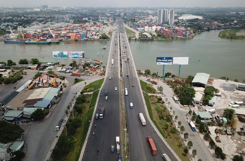 Cầu Đồng Nai bắc qua sông Đồng Nai nối TP. Biên Hòa và TP. Dĩ An, tỉnh Bình Dương.