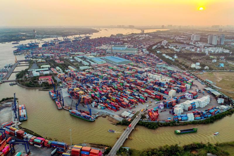 Hàng loạt nhà máy, xí nghiệp phải thu hẹp hoặc dừng sản xuất do giãn cách khiến lượng hàng nhập tồn ở cảng Cát Lái gia tăng.