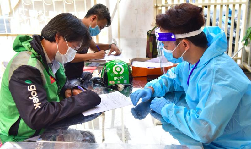 Tài xế Gojek làm thủ tục tiêm vaccine.