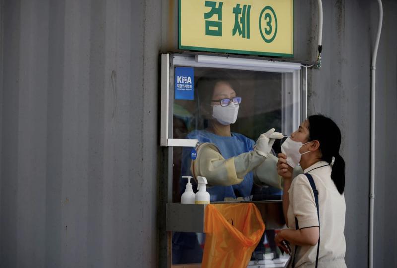 Một điểm xét nghiệm Covid-19 lưu động ở Seoul, Hàn Quốc, hôm 15/7 - Ảnh: Reuters.