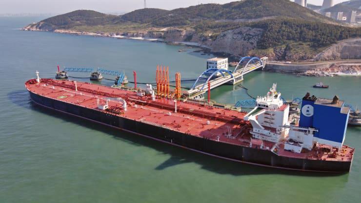Một tàu chở dầu cập cảng dầu cập cảng dầu Yên Đài ở Sơn Đông, Trung Quốc, tháng 5/2021 - Ảnh: Getty/CNBC.