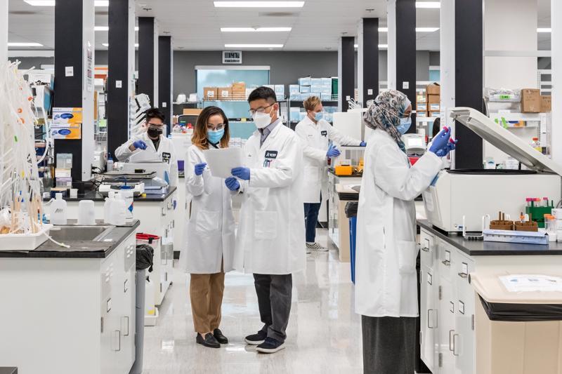 Các nhà khoa học của Arcturus Therapeutics (Mỹ) nghiên cứu vaccine trong phòng thí nghiệm.