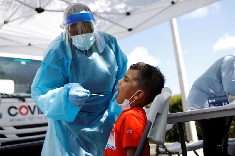 Lấy mẫu xét nghiệm Covid-19 cho một cư dân California - Ảnh: Reuters/WSJ.