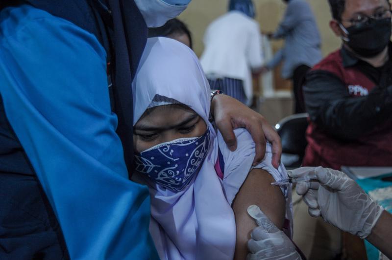 Tiêm phòng Covid-19 ở Indonesia - Ảnh: Reuters.