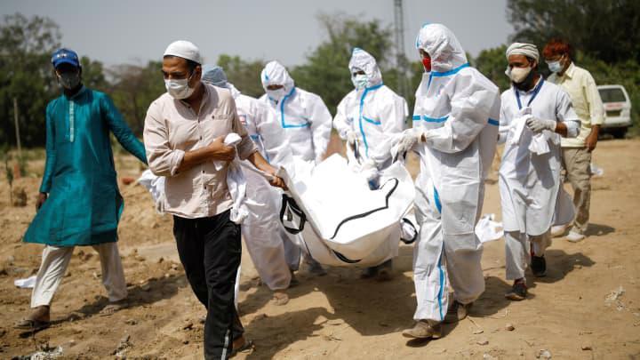Nhân viên y tế xử lý thi thể của một người tử vong vì Covid-19 tại Ấn Độ - Ảnh: Getty Images
