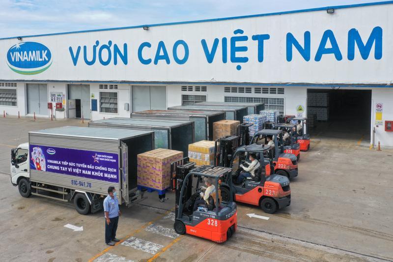 """Các chuyến xe với thông điệp """"Tuyến đầu khỏe mạnh, vì Việt Nam khỏe mạnh"""" đã đồng loạt khởi hành mang món quà của nhân viên Vinamilk gửi đến tuyến đầu."""