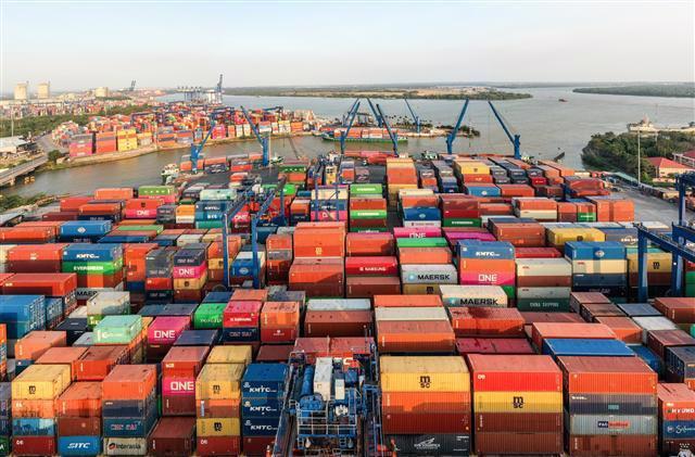 Chiếm 40% lượng hàng hóa xuất nhập khẩu cả nước, cảng Cát Lái (TP.HCM) đứng trước tình cảnh bị tắc nghẽn do đình trệ sản xuất, kinh doanh của các doanh nghiệp vì Covid-19