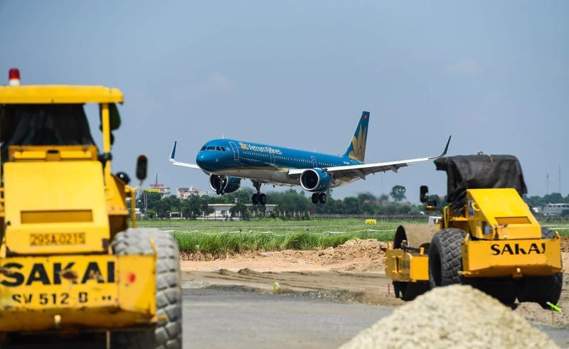 Dự án cải tạo, nâng cấp đường cất, hạ cánh, đường băng Cảng hàng không quốc tế Nội Bài vừa được cho phép tiếp tục thi công xây dựng trong thời gian thực hiện giãn cách xã hội (ảnh minh hoạ).