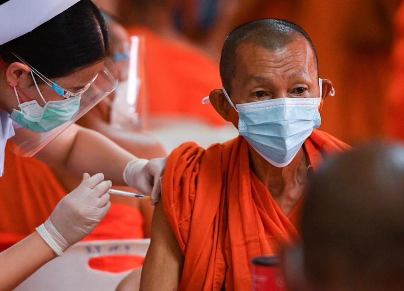 Thái Lan hiện mới tiêm được khoảng 19 triệu mũi vaccine ngừa Covid, đủ để bao trùm 13,6% dân số nếu mỗi người tiêm đủ hai mũi - Ảnh: Reuters.