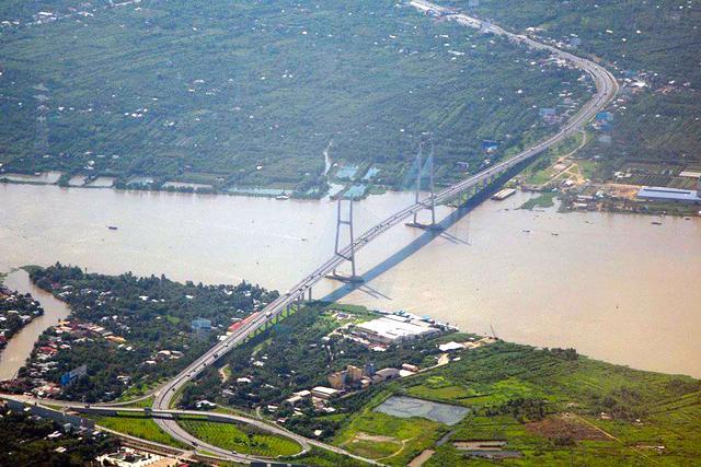Cầu Mỹ Thuận, tỉnh Vĩnh Long là cầu dây văng đầu tiên ở Việt Nam, nối 2 bờ sông Tiền ở hai tỉnh Vĩnh Long -Tiền Giang.