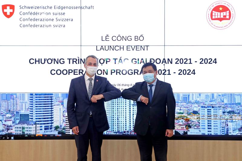 Phó Tổng thống, Bộ trưởng Ngoại giao Thụy Sỹ Ignazio Cassis và Bộ trưởng Nguyễn Chí Dũng tại Lễ công bố Chương trình hợp tác của Việt Nam và Thụy Sỹ giai đoạn 2021-2024.