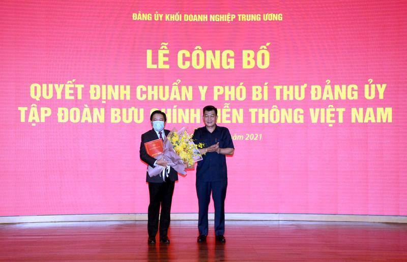 Ông Huỳnh Quang Liêm (trái) là Phó Bí thư Đảng ủy Tập đoàn VNPT nhiệm kỳ 2020-2025.