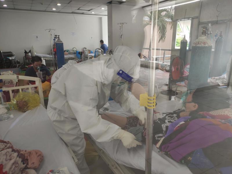 Bệnh viện dã chiến số 3 TP.HCM tăng số giường cấp cứu để kịp thời xử lý các tình huống chuyển nặng của bệnh nhân.