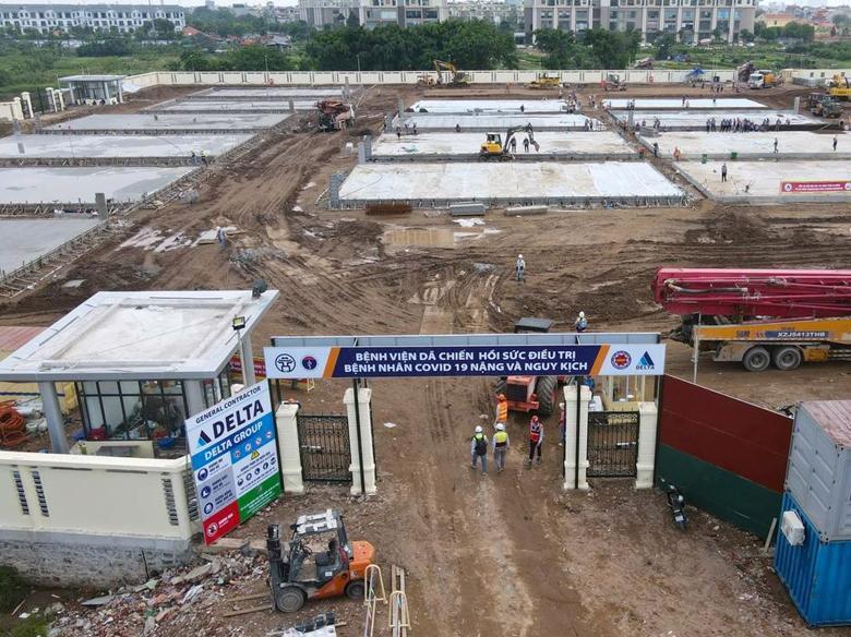 Bệnh viện dã chiến điều trị bệnh nhân Covid-19 tại quận Hoàng Mai đang được xây dựng. Ảnh - Tiến Đạt.