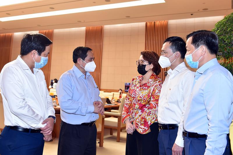 Thủ tướng Phạm Minh Chính trao đổi với đại diện doanh nghiệp tại hội nghị sáng 8/8 - Ảnh: VGP/Nhật Bắc