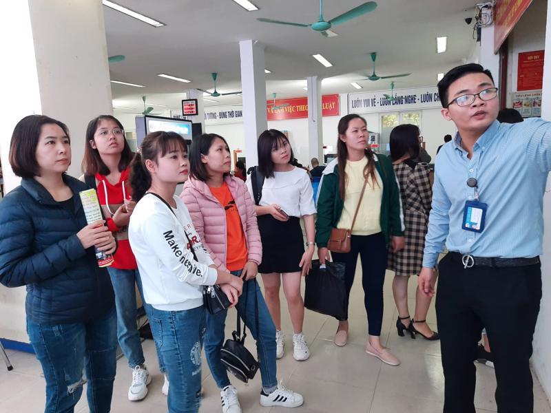 Người lao động được tư vấn, giới thiệu việc làm tại Trung tâm Dịch vụ việc làm Hà Nội. Ảnh - Thu Hiền.