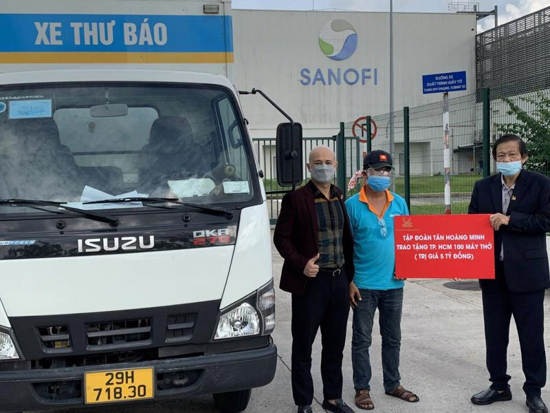 Đại diện Tập đoàn Tân Hoàng Minh trao tặng máy thở cho các cơ sở y tế phía Nam.