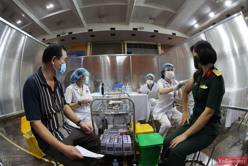 Hiện Việt Nam đang triển khai chiến dịch tiêm chủng vaccine có quy mô lớn nhất, mức độ rộng nhất trong lịch sử ngành Y. Ảnh: Phương Thảo