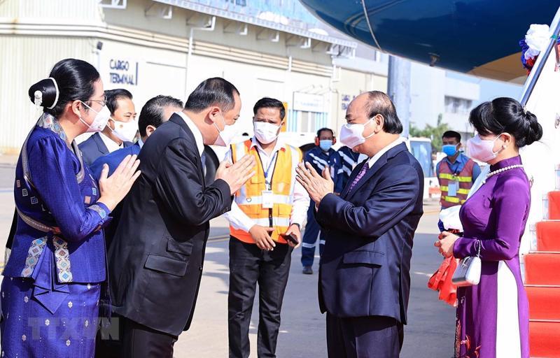 Chủ tịch nước Nguyễn Xuân Phúc, phu nhân cùng Đoàn đại biểu cấp cao Đảng và Nhà nước Việt Nam được đón tiếp nồng nhiệt khi tới Sân bay quốc tế Wattay, thủ đô Vientiane - Ảnh: TTXVN