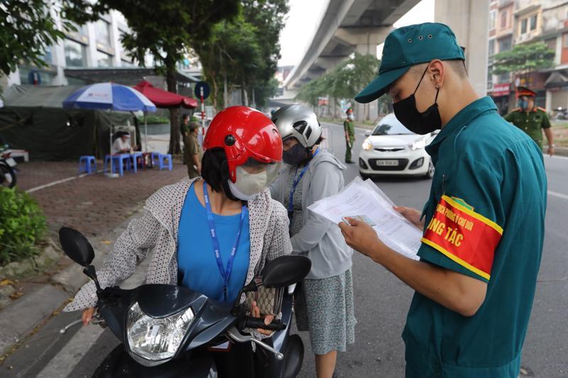 Hà Nội đã bỏ quy định người đi đường phải xuất trình lịch làm việc. Ảnh Phương Thảo.