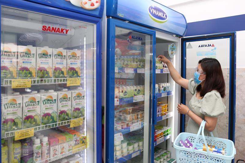 Với hệ thống 500 cửa hàng chính thức và gần 250.000 điểm bán trên toàn quốc - tại bất cứ đâu người tiêu dùng đều có thể mua được các sản phẩm Vinamilk mình yêu thích (Hình tư liệu).